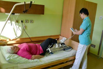 Nové motodlahy pomáhají vracet do života pacienty rehabilitačního oddělení Podhorské nemocnice