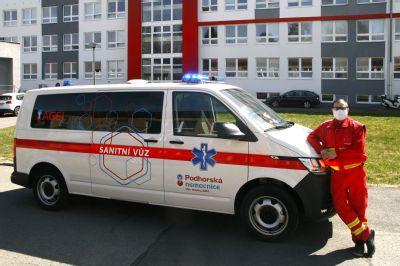 Pacienti Podhorské nemocnice mají k dispozici nový sanitní vůz