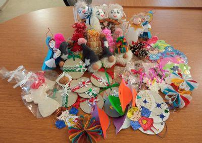 Klientům Sociální služby Podhorská rozzářil předvánoční čas živý stromeček, práce dětí z mateřských škol a dárečky