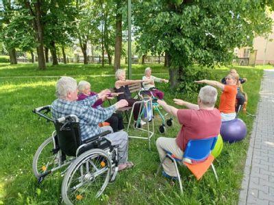 Rehabilitační cviky, jóga nebo chvíle odpočinku. Sociální služba Podhorská využívá v létě areál nemocnice pro své klienty na maximum
